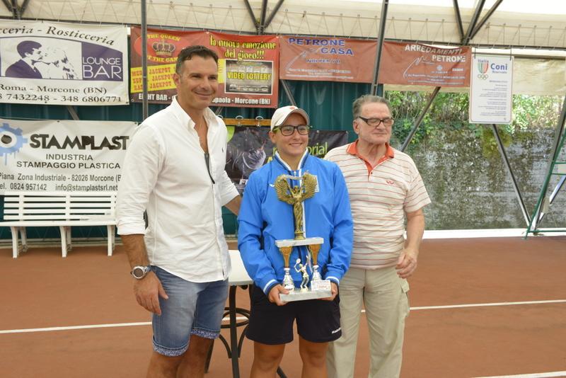 La vincitrice della prima edizione Lucrezia Santamaria, premiata dal ViceSindaco di Morcone Ferdinando Pisco (sinistra) e il papà di Aurora, Enzo Marino (destra)