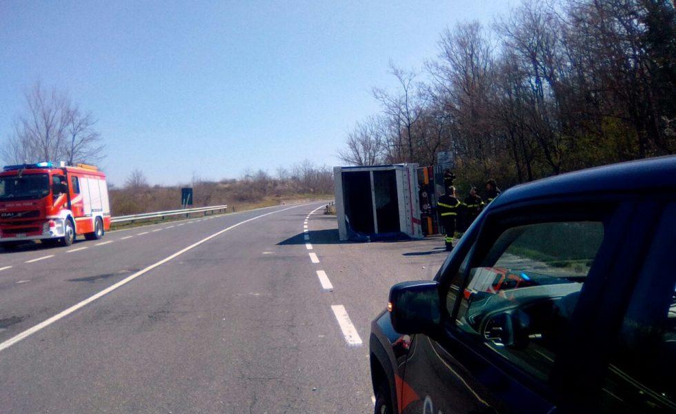 Si ribalta camion sulla SS87, spavento per l'autista