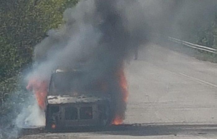 Utilitaria in fiamme, paura per automobilista
