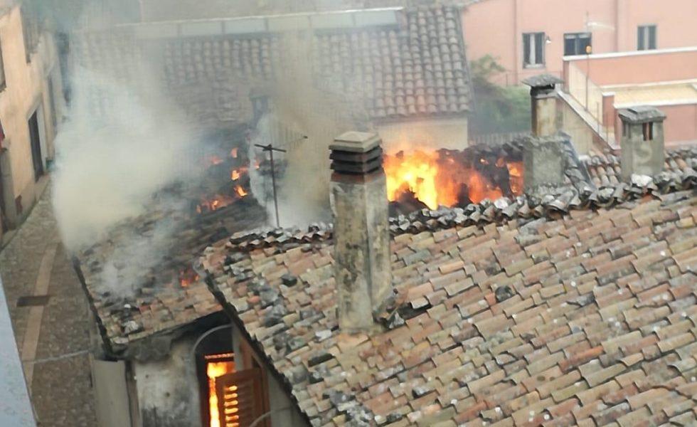 Corso Italia, divampano le fiamme in un'abitazione